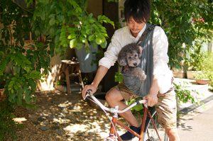 愛犬と自転車に乗る